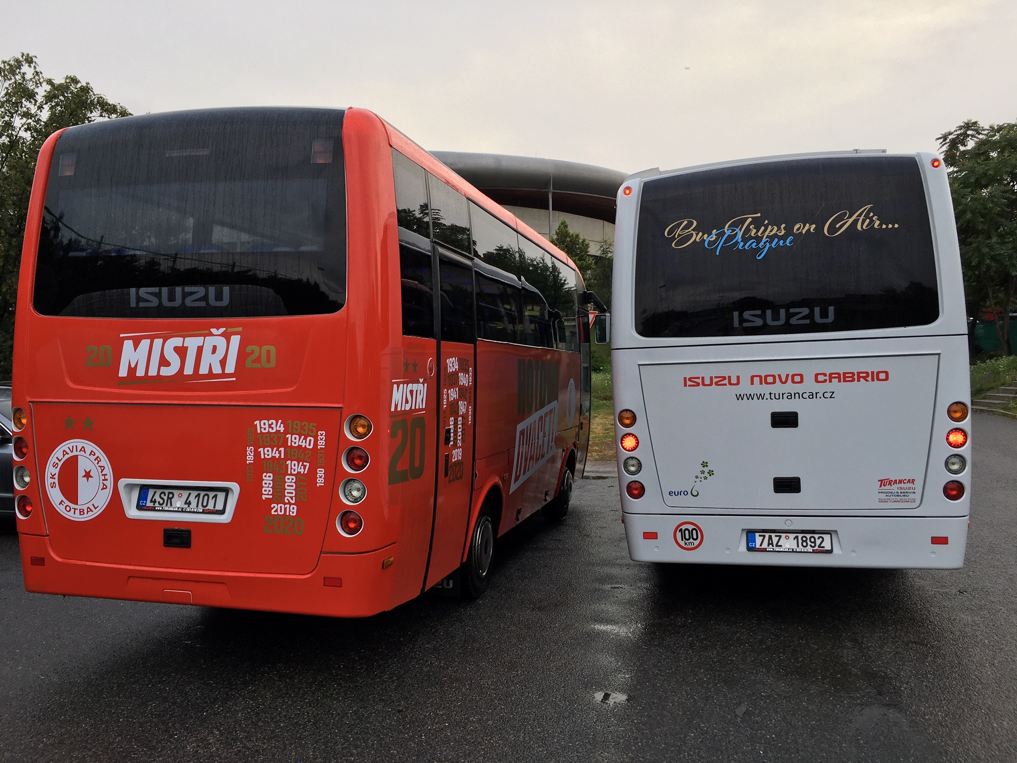 "Slavia mistr Fortuna ligy 2019 – 2020 ""HOTOVO 20!"" triumfální noční jízda Prahou autobusy ISUZU (foto: TURANCAR CZ)"